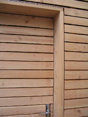 Bardage sur porte cadre métallique, dito bardage mur